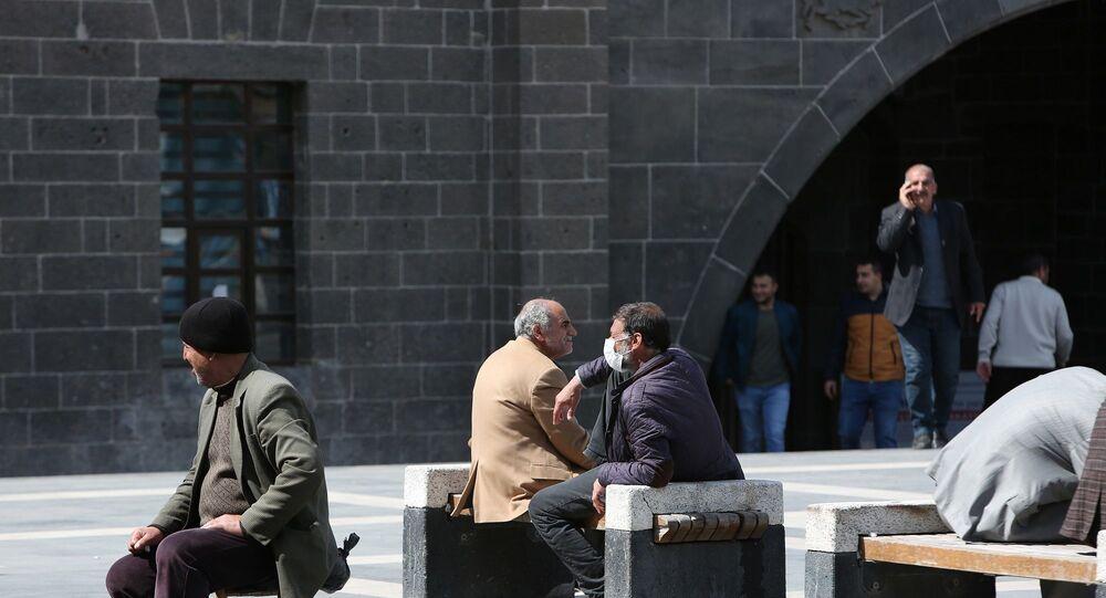 Türkiye'de vaka sayısının en yüksek olduğu mayıs ayı ortalarında Diyarbakır'da vaka sayısı 60'lara kadar düşmüştü. Ramazan Bayramı ve normalleşme süreci ile birlikte 10 günlük süreç içerisinde vakalar arttı.