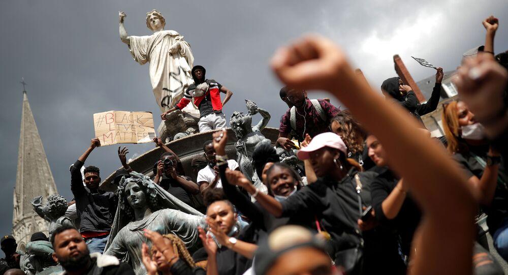 ABD'de George Floyd'un polis tarafından öldürülmesine karşı Fransa'nın Nantes kentinde düzenlenen protesto, 8 Haziran 2020