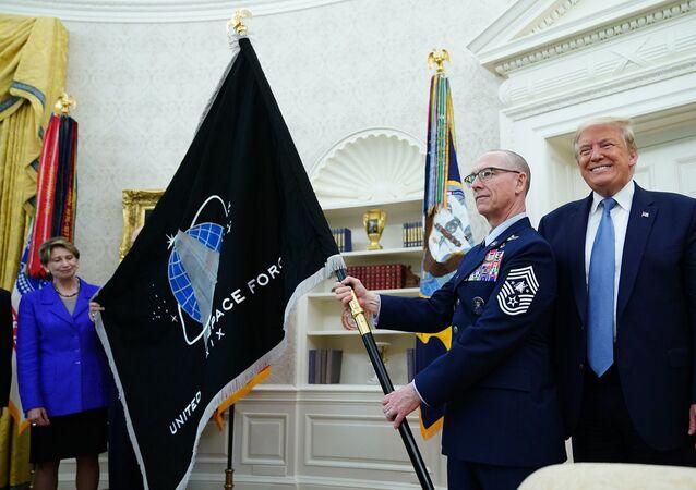 Donald Trump - Uzay Kuvvetleri bayrağı