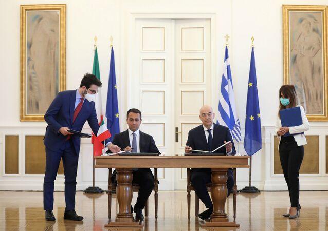 İtalya ve Yunan Dışişleri Bakanları Luigi Di Maio ve Nikos Dendias, İyonya Denizi'nde yetki alanlarının sınırlandırılması anlaşmasını imzalarken, Atina, 9 Haziran 2020