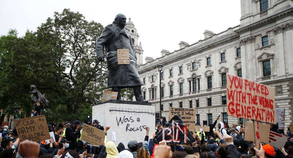 Londra'daki 'Siyahların Yaşamları Değerlidir' protestosunda, Birleşik Krallık'ı 2. Dünya Savaşı cehenneminden çıkarmasıyla hatırlanan dönemin başbakanı Winston Churchill'in heykeline unutulan geçmişine atıfla 'Irkçıydı' diye yazıldı. (7 Haziran 2020)