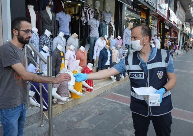 Batman İl Emniyet Müdürlüğü ekipleri, yeni tip koronavirüs (Kovid-19) tedbirleri kapsamında maske ve sosyal mesafe kurallarına dikkati çekmek amacıyla uygulama yaptı. İl merkezinde 13 noktada yaklaşık 80 polisle gerçekleştirilen uygulamada, İl Emniyet Müdür Yardımcısı Hayrullah Altıparmak'ın da katılımıyla vatandaşlara maske dağıtıldı.