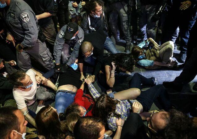 Batı Kudüs'ün Safra Meydanı'ndaki Kudüs Belediye binası önünde toplanan bir grup, 32 yaşındaki otizmli Filistinli İyad Hallak'ın İsrail polisince öldürülmesini protesto etti.