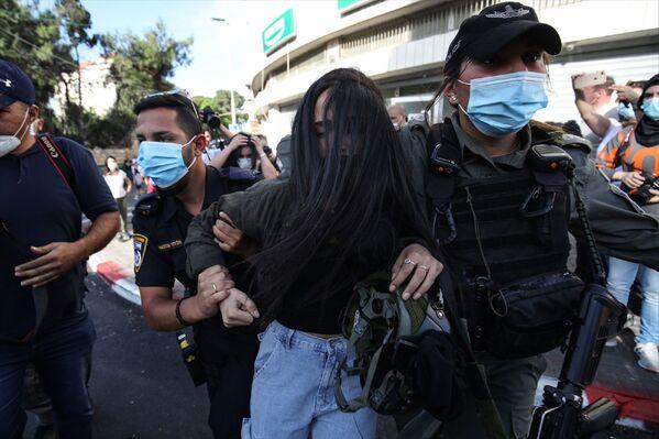 Görgü tanıklarından alınan bilgiye göre, bir grup Filistinli, Doğu Kudüs'ün Şeyh Cerrah Mahallesi'nde engelli Hallak'ın öldürülmesini protesto etti.  - Sputnik Türkiye