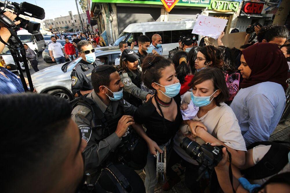 Bu sırada gösteriye engel olan İsrail polisinin 3 Filistinli kadını gözaltına aldığı aktarıldı.