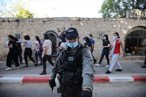 İsrail polisi, Doğu Kudüs'te otizmli İyad Hallak'ın öldürülmesine tepki amacıyla düzenlenen başka bir gösteriye de müdahale ederek 3 Filistinli kadını gözaltına aldı. - Sputnik Türkiye