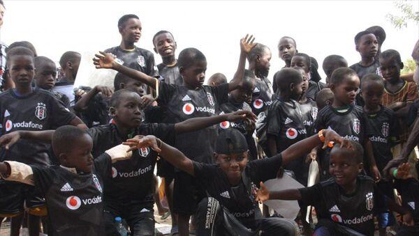 Nijer'in başkenti Niamey'de bir köyde yaşayan çocuklara Beşiktaş forması hediye edildi. - Sputnik Türkiye