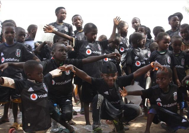 Nijer'in başkenti Niamey'de bir köyde yaşayan çocuklara Beşiktaş forması hediye edildi.