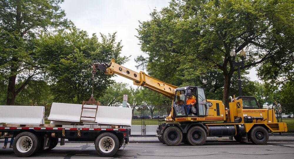 ABD'de George Floyd'un ölümünün ardından başlayan protestolar nedeniyle Beyaz Saray'ın önünde bulunan beton bariyerler kaldırılmaya başlandı.