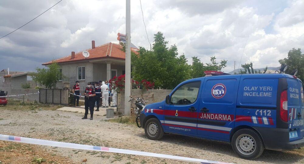 Denizli'de bir kişi, henüz bilinmeyen bir sebepten dolayı eşini, 9 ve 5 yaşlarındaki iki çocuğunu öldürüp intihar etti.