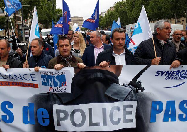Fransız polisi, İçişleri Bakanı Christophe Castaner'in boğma tekniklerini yasaklama dahil güvenlik güçlerine getirdiği reformları Paris'te protesto etti.