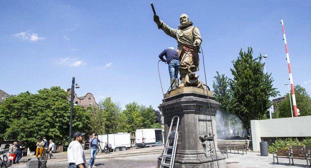 Hollanda'nın Rotterdam kentindeki eski Amiral Piet Hein'inheykeline ve 15'inci ile 16'ıncı yüzyıllarda yaşayan eski Koramiral Witte de With'in adını taşıyan sanat merkezinin ön cephesine saldırı düzenlendi