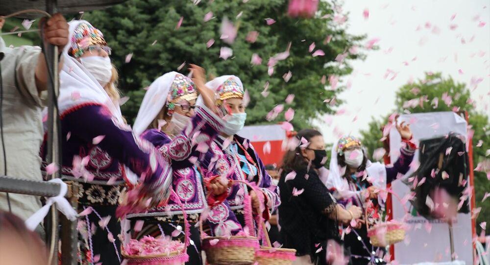 Isparta'da düzenlenen etkinlikte vatandaşların üzerine 3 ton gül suyu ile 1.5 ton gül çiçeği serpildi.