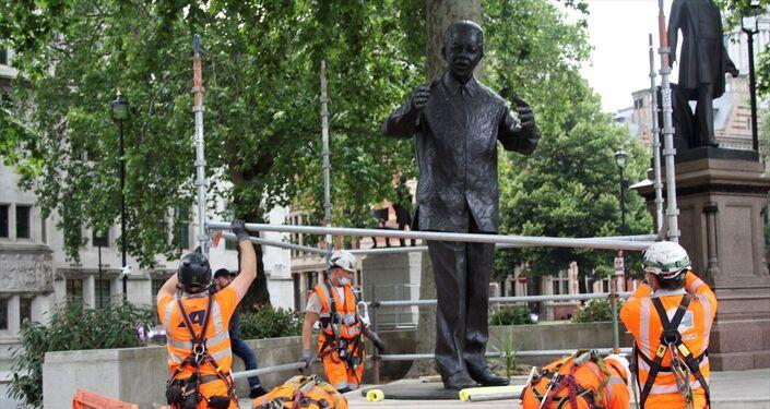 İngiltere'nin başkenti Londra'da aşırı sağcıların düzenleyeceği gösteri öncesi Güney Afrika'nın efsanevi lideri Nelson Mandela'nın Parlamento Meydanında bulunan heykeli korumaya alındı.