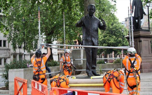 İngiltere'nin başkenti Londra'da aşırı sağcıların düzenleyeceği gösteri öncesi Güney Afrika'nın efsanevi lideri Nelson Mandela'nın Parlamento Meydanında bulunan heykeli korumaya alındı. - Sputnik Türkiye