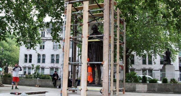 İngiltere'nin başkenti Londra'da aşırı sağcıların düzenleyeceği gösteri öncesi Hindistan'ın bağımsızlık lideri Mahatma Gandhi'nin Parlamento Meydanında bulunan heykeli korumaya alındı.
