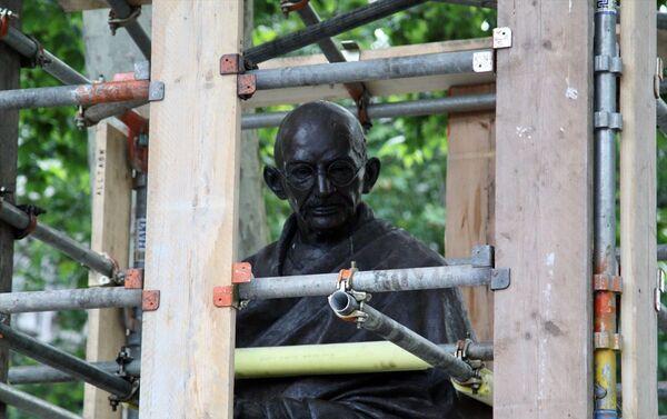 İngiltere'nin başkenti Londra'da aşırı sağcıların düzenleyeceği gösteri öncesi Hindistan'ın bağımsızlık lideri Mahatma Gandhi'nin Parlamento Meydanında bulunan heykeli korumaya alındı. - Sputnik Türkiye