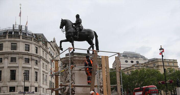 İngiltere'nin başkenti Londra'daki Trafalgar Meydanı'nda yer alan Kral 1. Charles'ın heykeli, ırkçılık karşıtı protestolar öncesi yetkililer tarafından korumaya alındı.