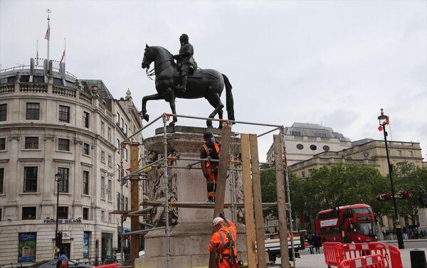 İngiltere'nin başkenti Londra'daki Trafalgar Meydanı'nda yer alan Kral 1. Charles'ın heykeli, ırkçılık karşıtı protestolar öncesi yetkililer tarafından korumaya alındı. - Sputnik Türkiye