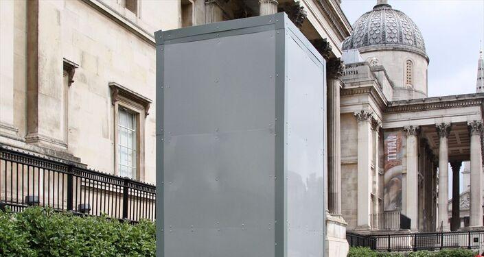 İngiltere'nin başkenti Londra'da ırkçılık karşıtı yeni gösteriler öncesi eski İngiltere Kralı 2. James'in Trafalgar Meydanında bulunan heykeli metal plakalarla çevrilerek korumaya alındı.