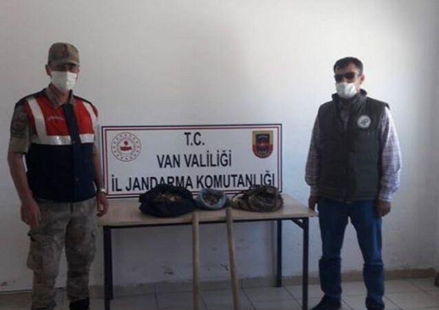 Van merkez Tuşba ilçesinde kaçak olarak salep soğanı toplayan 2 kişiye biyolojik çeşitliğinin tahrip edilmesi suçundan 147 bin 494 TL'lik para cezası kesildi.