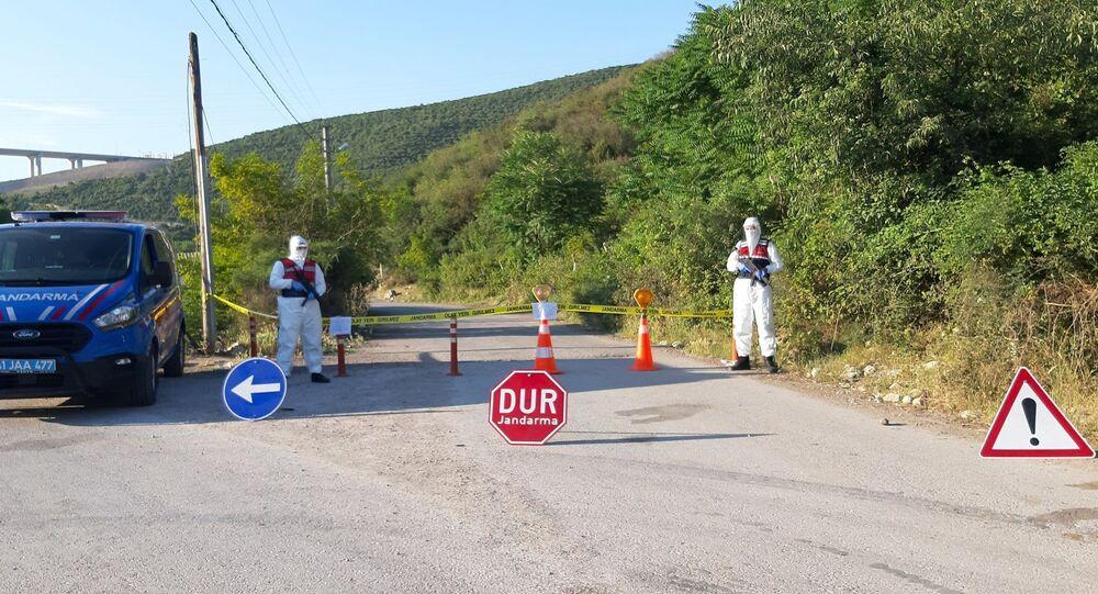 Kocaeli'nin Dilovası ilçesinde asker uğurlamasına katılan aynı aileden 3 kişinin koronavirüs testleri pozitif çıkması sonrasında, uğurlamaya katılan yakınlarının da aralarında olduğu 150 kişinin yaşadığı sokak karantinaya alındı.