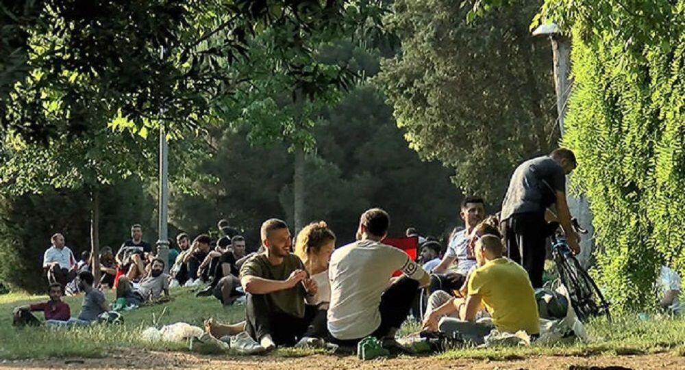 Sokağa çıkma kısıtlamasının olmadığı ikinci hafta sonu öncesi Maçka Parkı'nda yoğunluk