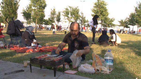 Tüm dünyada ve Türkiye'de etkili olan yeni tip koronavirüs (Kovid-19) salgınından normalleşme sürecine geçiş ile birlikte İstanbul'da vatandaşlar sahil ve piknik alanlarına akın etti.  - Sputnik Türkiye