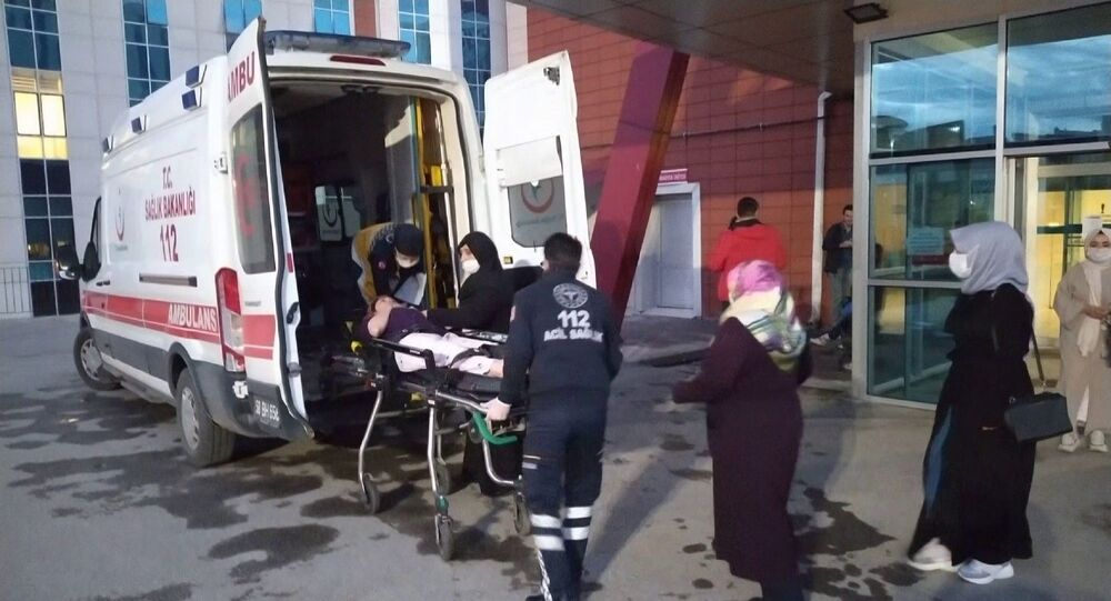 Sivas'ta yedikleri yabani bitkiden yapılmış yemekten zehirlendikleri düşünülen 10 kişi kaldırıldıkları hastanelerde tedavi altına alındı.