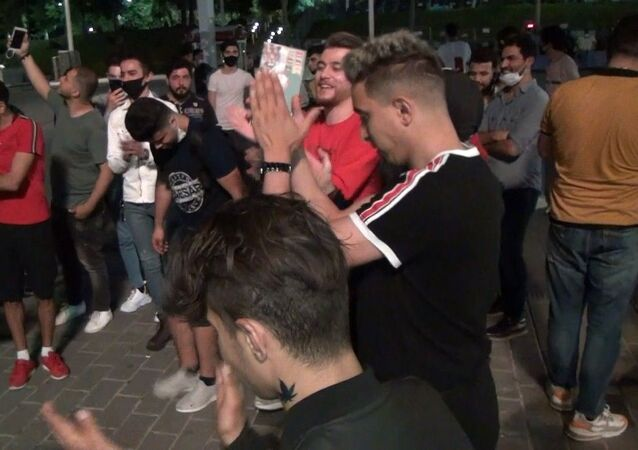 Sağlık Bakanı Fahrettin Koca ve uzmanlar tarafından Kovid-19'a karşı sosyal mesafe ve maske konusunda yapılan uyarılar devam ederken, Taksim Meydanı'nda bu kadarına da pes dedirten görüntüler kameraya yansıdı. Meydanda toplanarak eğlence düzenleyen yaklaşık 50 genç, korona virüs önlemlerini adeta hiçe saydı.