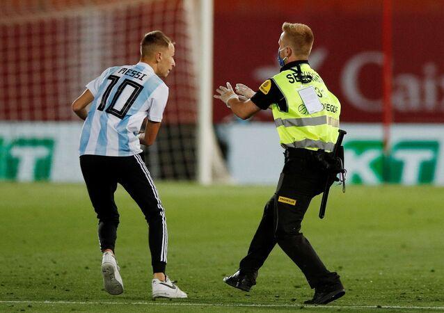Barcelona'nın Mallorca'yı 4-0 yenerek liderliğini sürdürdüğü seyircisiz oynanan karşılaşmada, tribünden atlayan bir kişi sahaya girdi