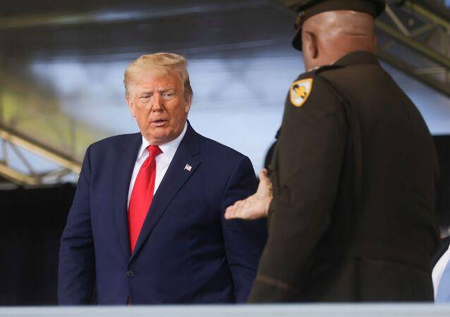 ABD askeri akademisi West Point'teki mezuniyet töreninde komutan tarafından kürsüye davet edilen Başkan Donald Trump