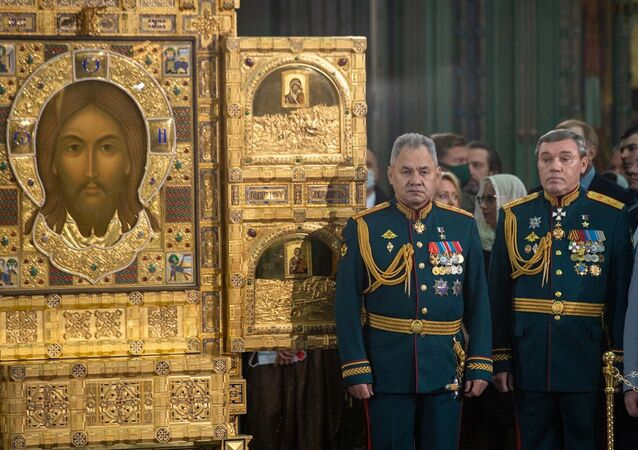 Savunma Bakanı Sergey Şoygu ile Genelkurmay Başkanı Valeriy Gerasimov, Rusya Silahlı Kuvvetleri Katedrali'nin kutsanması töreninde