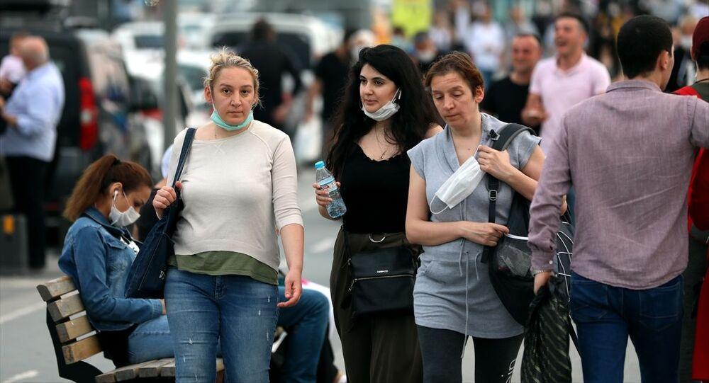 İstanbul'da maske ve sosyal mesafesiz kontrollü sosyal hayat