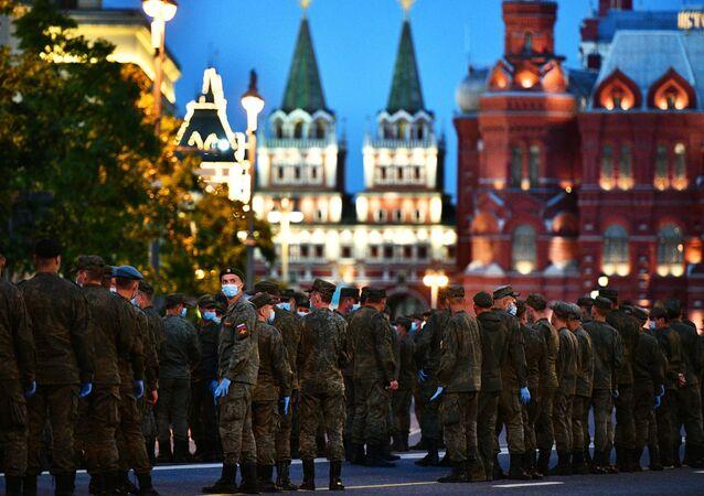 Zafer Geçit Töreni için askeri teçhizat mürettebatının eğitimi