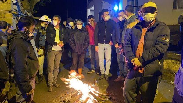 Bingöl'de depremin hasara yol açtığı köylerde vatandaşlar geceyi ateş başında dışarıda geçiriyor. - Sputnik Türkiye