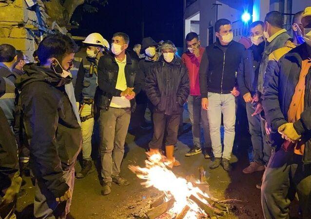 Bingöl'de depremin hasara yol açtığı köylerde vatandaşlar geceyi ateş başında dışarıda geçiriyor.