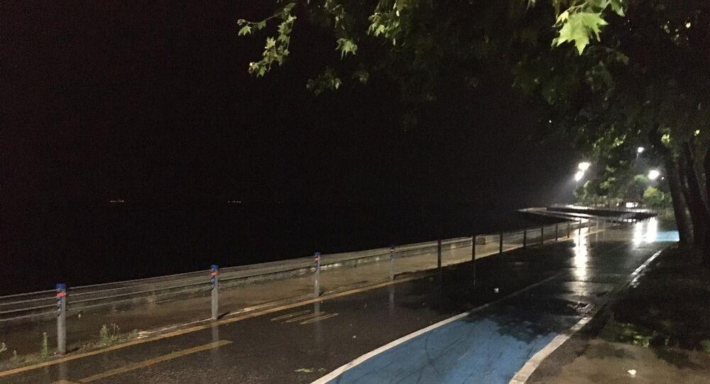 Normalleşme süreci sonrası dolup taşan Kadıköy Caddebostan Sahili ise biranda yağmurun başlamasıyla bomboş kaldı.