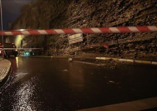 İstanbul Fatih'te tarihi Topkapı surlarından kopan taşlar yola savruldu. İtfaiye ekipleri şerit çekerek caddeyi trafiğe kapattı.