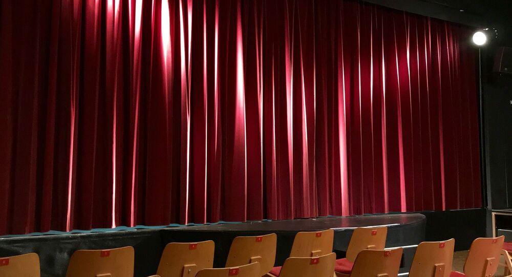 tiyatro-kırmızı perde