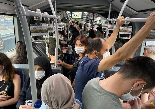 Metrobüs duraklarında sosyal mesafe unutuldu