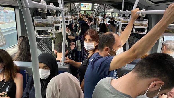 Metrobüs duraklarında sosyal mesafe unutuldu - Sputnik Türkiye