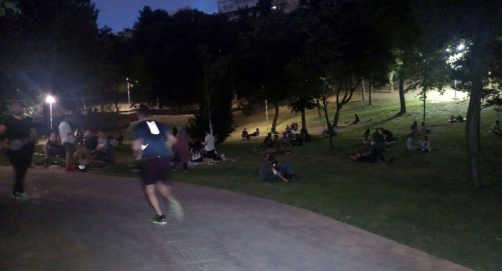 Koronavirüse aldırış etmeyerek akşam saatlerinde Maçka Parkı'na gelen gençler ne sosyal mesafe kuralına uydu, ne de maske takarak virüse karşı önlem aldı.