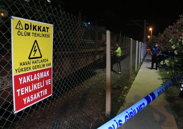 Adana'da hemzemin geçitten geçerken yük treninin çarptığı kişi hayatını kaybetti.