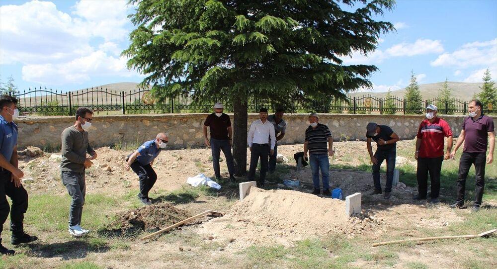 Konya'nın Yunak ilçesinde toprağa gömülü bulunan ve kimlik tespiti henüz yapılamayan çocuk cesedi, otopsi işlemleri sonrası belediye ekiplerince kimsesizler mezarlığına defnedildi.
