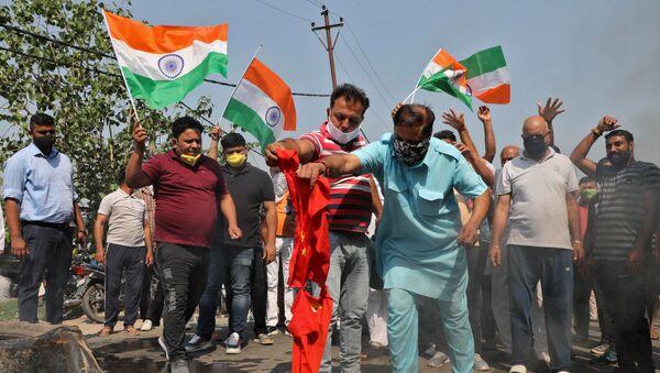 Hindistan-Çin sınırında çıkan çatışmada 20 Hint askerinin yaşamını yitirmesi üzerine ülke çapında Pekin karşıtı protestolar düzenlendi, eylemlerde Çin bayrakları yakıldı. - Sputnik Türkiye