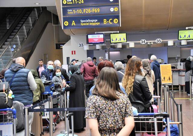 Yeni tip koronavirüs (Kovid-19) salgını nedeniyle 3 aydır durdurulan tarifeli yurt dışı seferlerinin yeniden başlamasıyla İsveç'in başkenti Stockholm'den Türkiye'ye uçuşlar gerçekleştirildi.