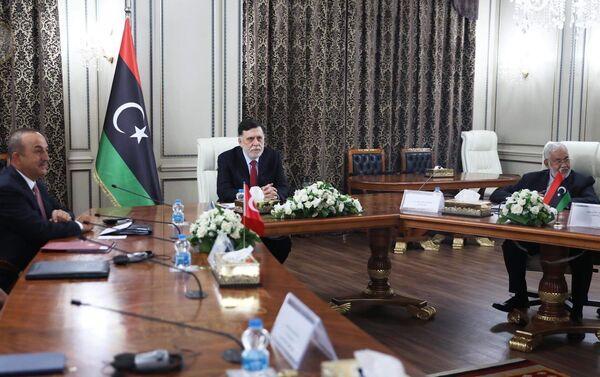 Türk heyeti, Libya Ulusal Mutabakat Hükümeti (UMH) BaşbakanıFayiz Serrac ve kabinesiyle bir araya gelerek görüşmelerde bulundu. Ziyaretle ilgili şu ana kadar bir açıklama yapılmadı. - Sputnik Türkiye