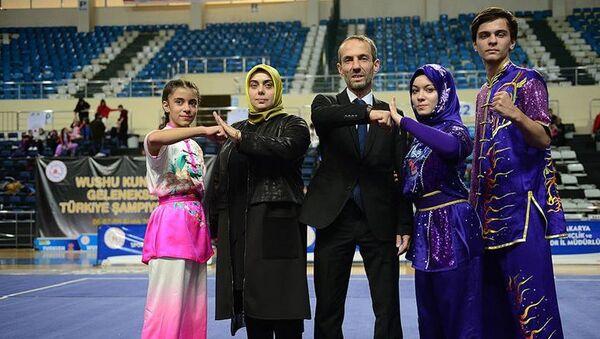 Türkiye Wushu Federasyonu (TWF) BaşkanvekiliAbdurrahman Akyüz'ün kızıElif Akyüzaynı turnuvaya hem hakem hem de sporcu olarak katıldı - Sputnik Türkiye