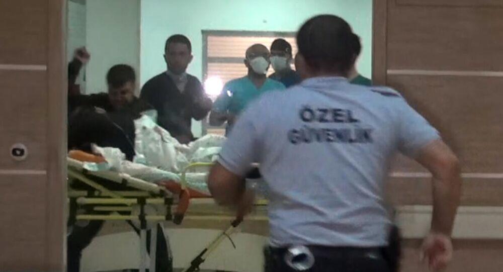 Karaman'da 'yan baktığı' gerekçesiyle bıçakladıkları Osman B.'ye götürüldüğü hastanede sedyeyle taşındığı sırada yumrukla saldıran kardeşler İsmet G. ve Murat G. adliyeye sevk edildi.